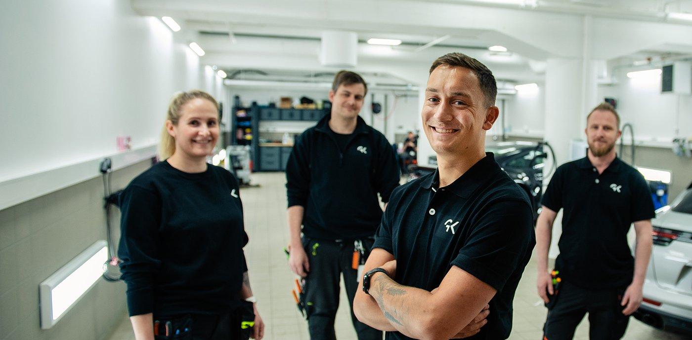 Fire ansatte i GK med arbeidsklær i teksnik rom