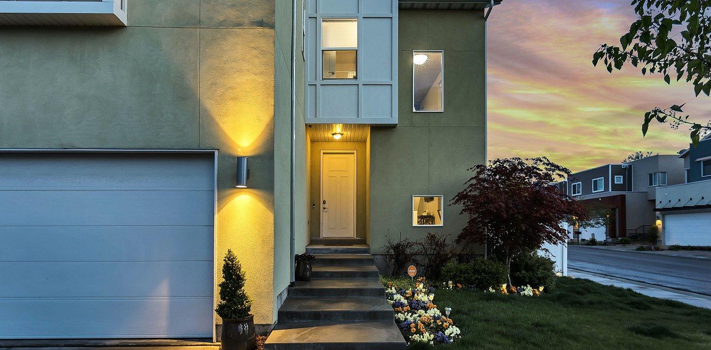 Inngangsparti på moderne enebolig med utendørs belysning